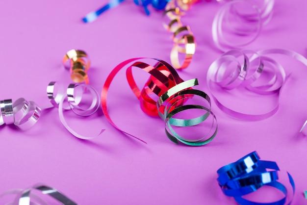 Piękny świąteczny różowy tło z błyszczy i świąteczne złote zabawki.
