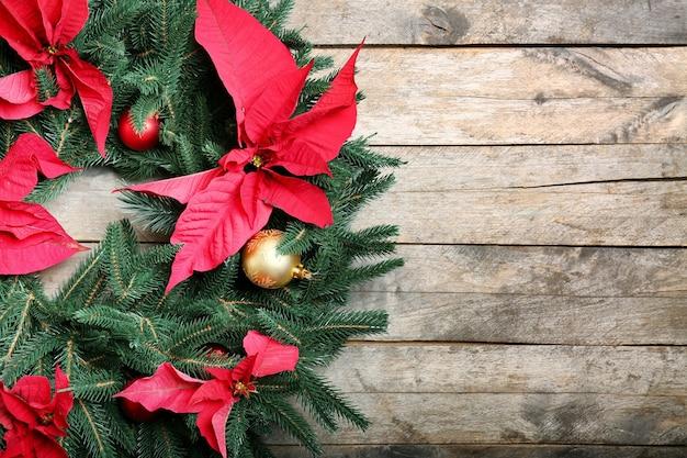 Piękny świąteczny wieniec na drewnianym stole, zbliżenie