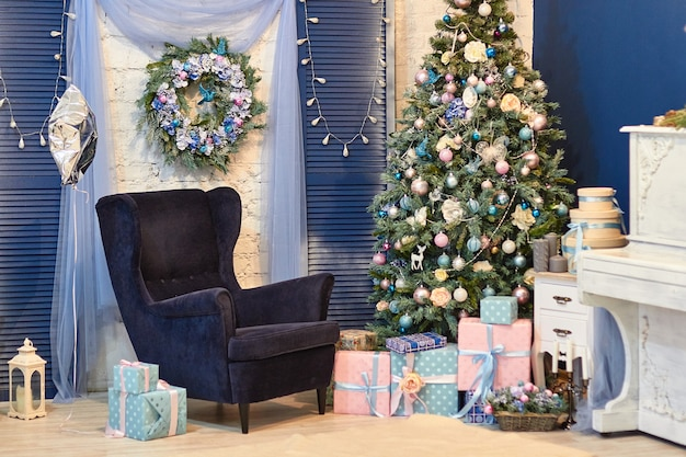 Piękny świąteczny wystrój wnętrz z jodłą i prezentami