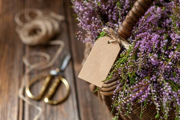 Piękny świeży bukiet kwitnącego leśnego wrzosu w koszu