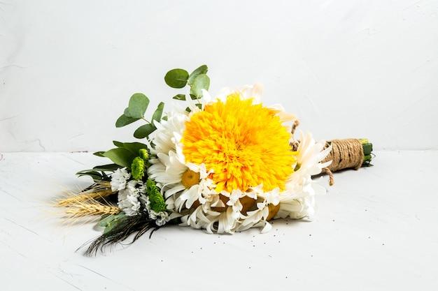 Piękny świeży lekki bukiet kwiatów