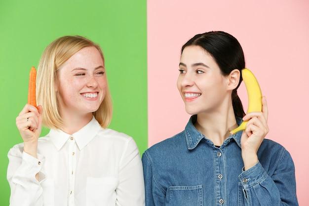 Piękny szczegół portret młodej kobiety z owocami i warzywami.