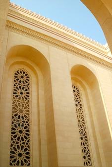 Piękny szczegół wielkiego meczetu al fateh w mieście manama w bahrajnie