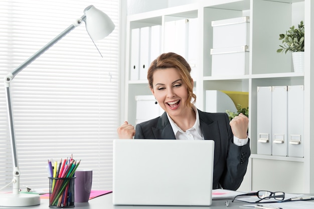 Piękny szczęśliwy biznes kobieta obchodzi z rękami