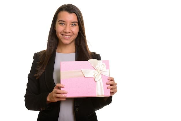 Piękny szczęśliwy kaukaski bizneswoman uśmiechnięty gospodarstwa pudełko na białym tle