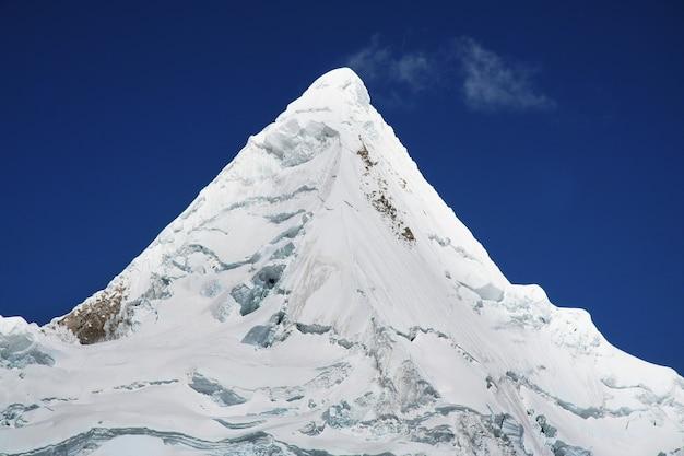 Piękny szczyt alpamayo w górach kordylierów, peru, ameryka południowa