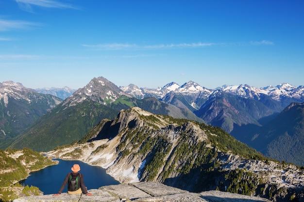 Piękny szczyt górski w north cascade range, waszyngton, usa
