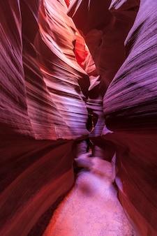 Piękny, szeroki kąt widzenia niesamowitych formacji piaskowca w słynnym kanionie antylopy