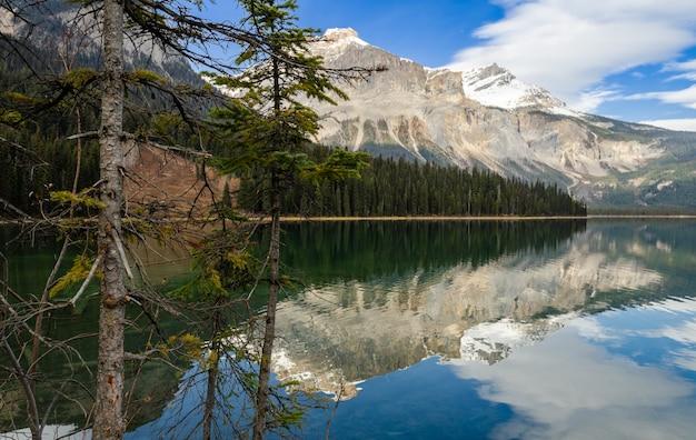 Piękny szmaragdowy jezioro z odbiciem w yoho parku narodowym, kanada