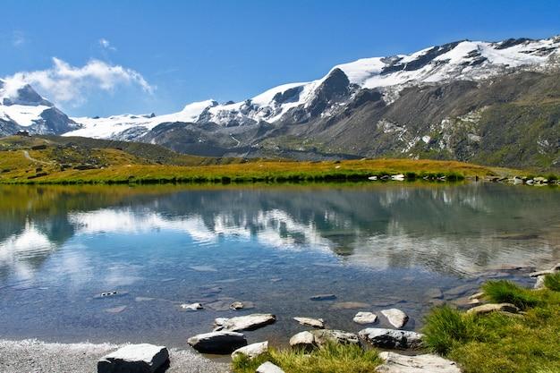 Piękny szwajcarski alps krajobraz z stellisee jeziorem i matterhorn halnym odbiciem w wodzie, lato gór widok, zermatt, szwajcaria