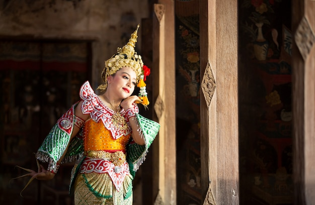Piękny tajski portret młodej kobiety w stroju tradycyjnym kinnaree. kultura artystyczna tajlandia taniec w zamaskowanym khon kinnaree w literaturze amajana, kultura tajlandii khon, ayuttaya, tajlandia.
