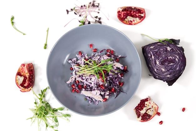 Piękny talerz z pyszną sałatką z kapusty fioletowej