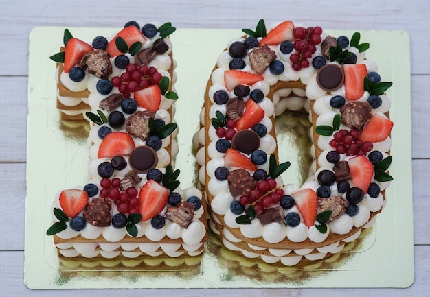 Piękny tort urodzinowy w kształcie cyfry dziesięć z widokiem z góry