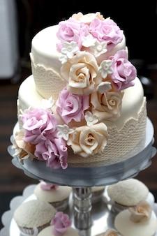 Piękny tort weselny ozdobiony różami