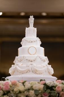 Piękny tort weselny z rozmytym tłem