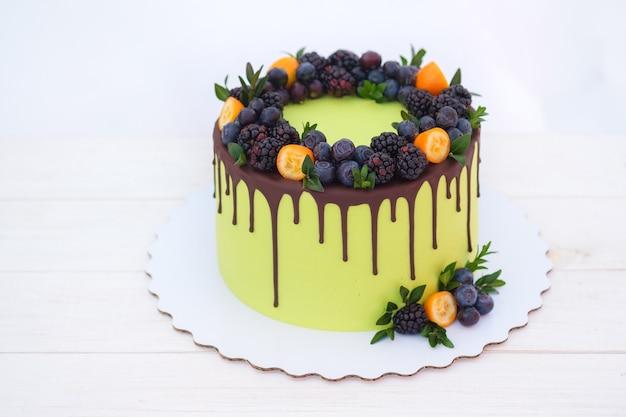 Piękny tort z jeżynami i jagodami