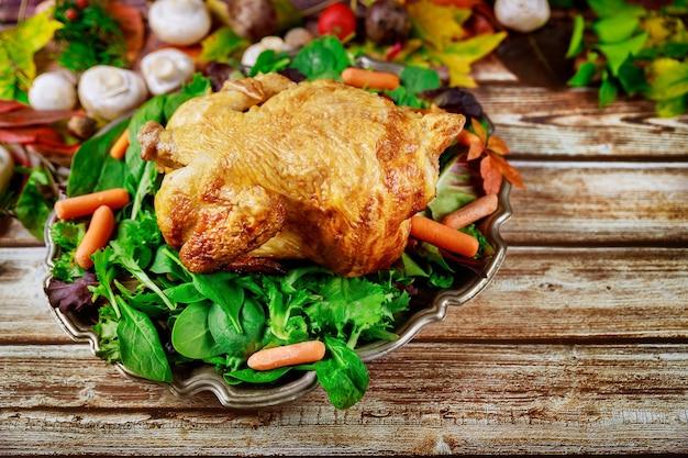 Piękny tradycyjny obiad dziękczynienia z pieczonym kurczakiem na tle jesieni
