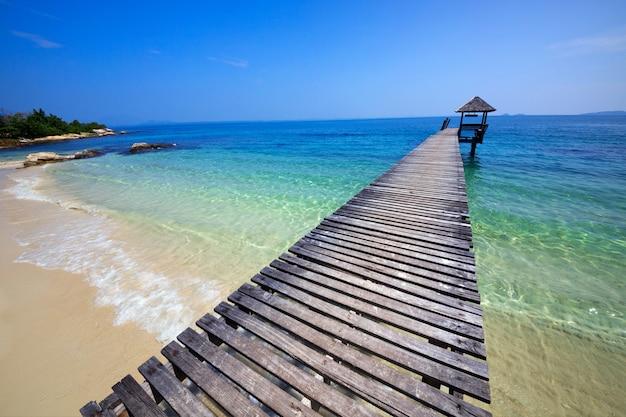 Piękny tropikalny drewniany most w tajlandia