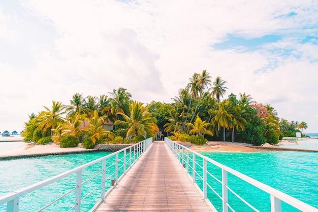 Piękny tropikalny hotel i wyspa na malediwach z plażą i morzem - podkręć styl przetwarzania kolorów