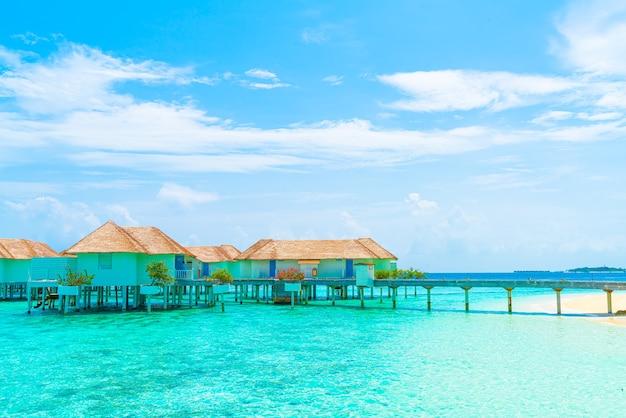 Piękny tropikalny hotel na malediwach i wyspa z plażą i morzem - koncepcja wakacji wakacyjnych