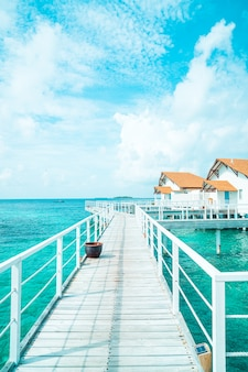 Piękny tropikalny hotel na malediwach i wyspa z plażą i morzem