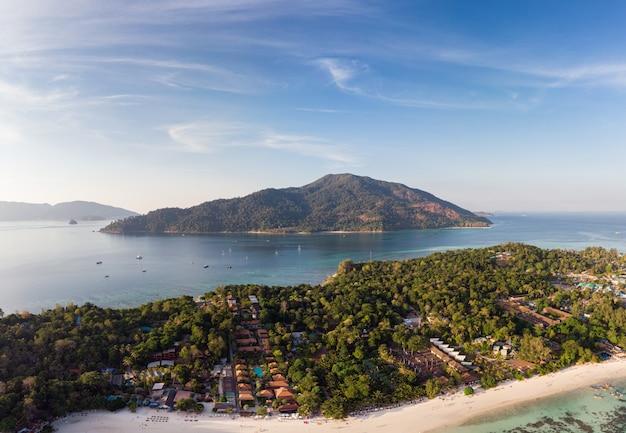 Piękny tropikalny morze z wyspą i niebieskim niebem w andaman przy lipe