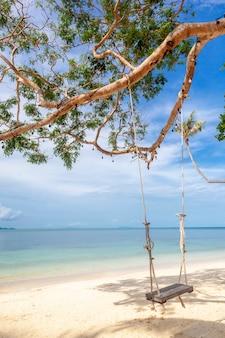 Piękny tropikalny niezwykły jasny rajski krajobraz, huśtawki nad morzem