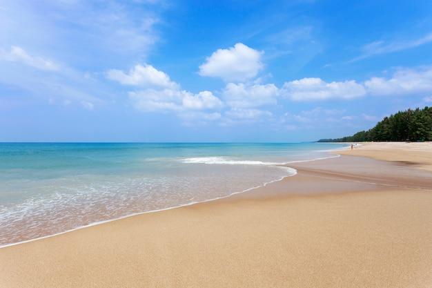 Piękny tropikalny plażowy andaman morze i jasny niebieskiego nieba tło