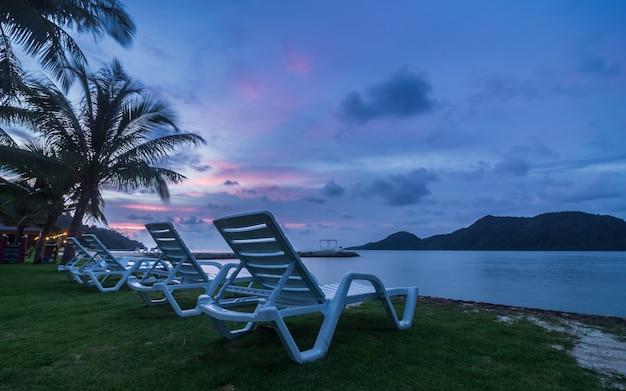 Piękny tropikalny seascape widok koh chang, tajlandia. widok wieczornego słońca.