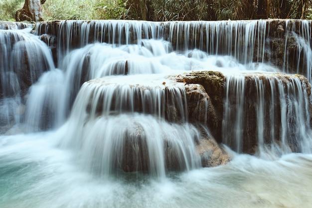 Piękny tropikalny wodospad kuang si w luang prabang w laosie
