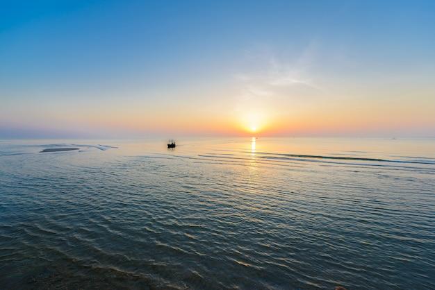 Piękny tropikalny wschód słońca na plaży.