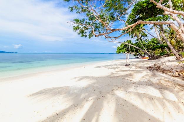 Piękny tropikalny zachwycający niezwykły jasny rajski krajobraz, biały piasek i palmy