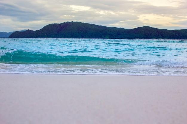 Piękny turkusowy ocean zrzeka się łodzi i piaszczystego wybrzeża z wysokiego punktu widzenia. plaże kata i karon, phuket, tajlandia