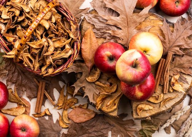 Piękny układ jabłek na suchych liściach