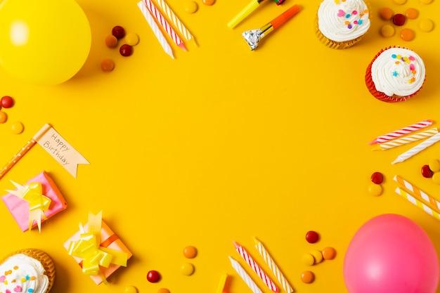 Piękny urodzinowy przygotowania na żółtym tle