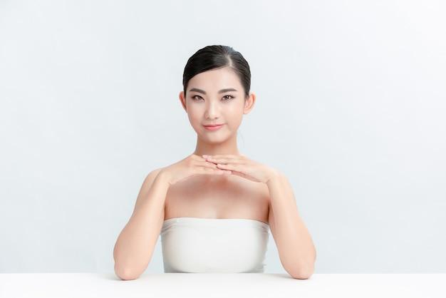 Piękny uśmiech kobiety z miejscem na kopię na kosmetyki ekspozycyjne produkt zdrowa czysta i świeża skóra