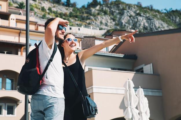Piękny uśmiechający się szczęśliwa para w miłości spaceru w portopiccolo sistiana, włochy, europa. styl życia, święta i koncepcja podróży.