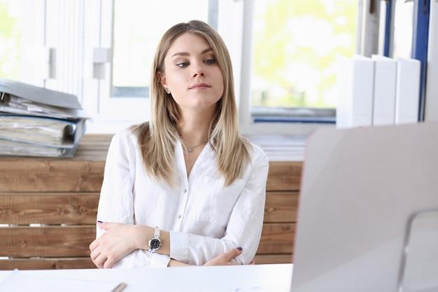 Piękny uśmiechnięty bizneswomanu portret przy miejsca pracy spojrzeniem w kamerze. pracownik umysłowy przy wymianie przestrzeni roboczej oferuje ofertę pracy poświadczonego księgowego urzędnika skarbowego
