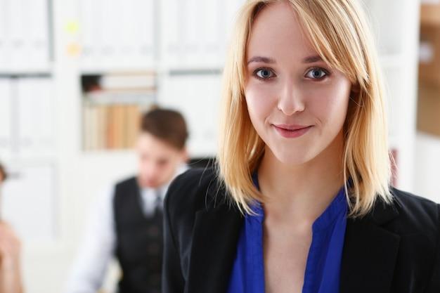 Piękny uśmiechnięty bizneswomanu portret