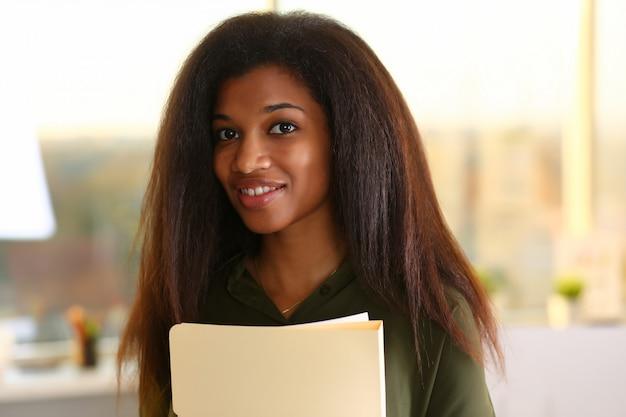 Piękny uśmiechnięty bizneswomanu portreta miejsce pracy