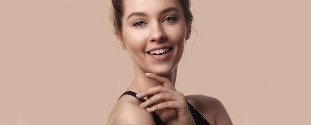 Piękny uśmiechnięty kobiety twarzy zakończenie w górę studia