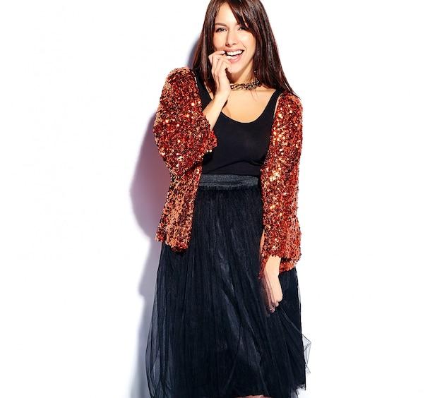 Piękny uśmiechnięty modniś brunetki kobiety model w jaskrawych nowożytnych eleganckich lat ubraniach odizolowywających