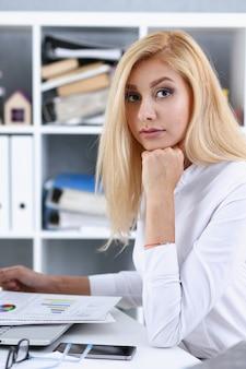 Piękny uśmiechnięty portret bizneswoman w miejscu pracy