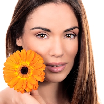 Piękny uśmiechnięty portret kobiety z kwiatem