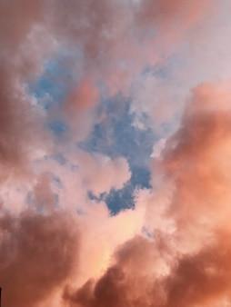 Piękny vertical strzał niebo z różowymi chmurami