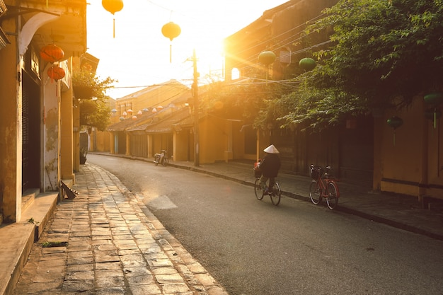 Piękny wczesny poranek na ulicy w hoi w starożytnym mieście