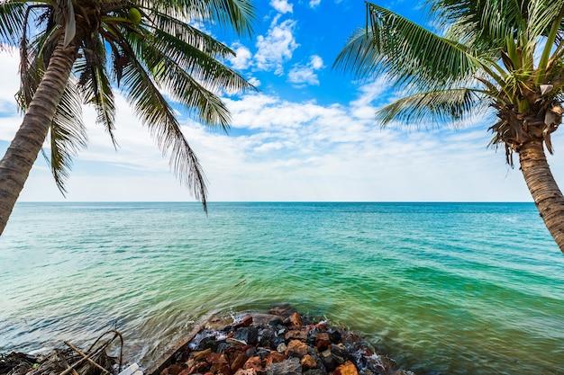 Piękny wczesny poranek wschód słońca nad drzewo kokosowe z morzem horyzont na plaży hat chao lao w chanthaburi tajlandia.