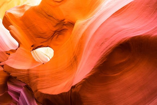 Piękny widok antylopa jaru piaskowcowe formacje w sławnym navajo plemiennym parku narodowym blisko strony, arizona, usa
