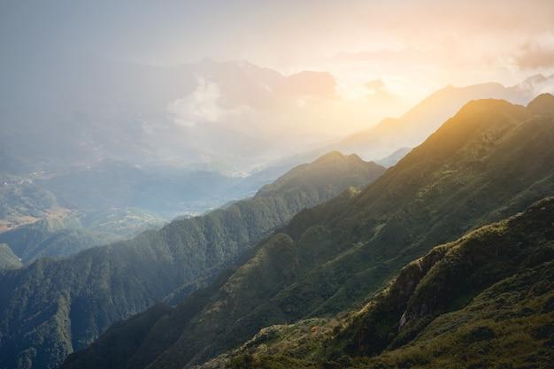 Piękny widok doliny sapa wietnam panorama w rannym wschodzie słońca z chmurą piękna