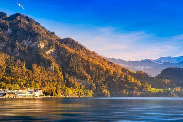 Piękny widok góra z jeziorem przeciw niebieskiemu niebu